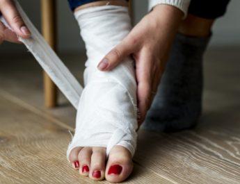 Астраханка сломала ногу и свалила все на сожителя