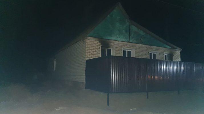 Под Астраханью из горящего дома спасли 3 человек