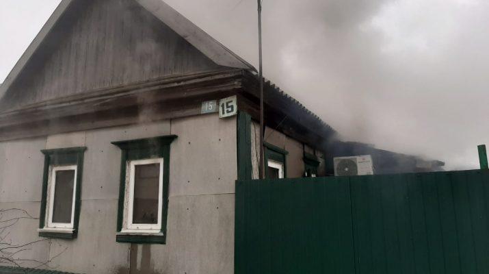 В Ахтубинске горел дом, спасены двое