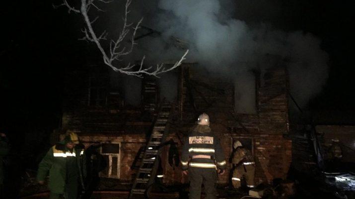 В Астрахани продолжают гореть дома