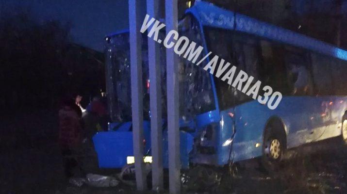 Новый синий автобус врезался в билборд