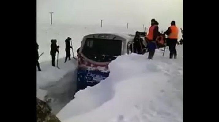В Казахстане снегом завалило поезд