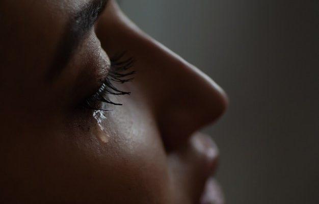Астраханец чуть не задушил супругу из-за ревности
