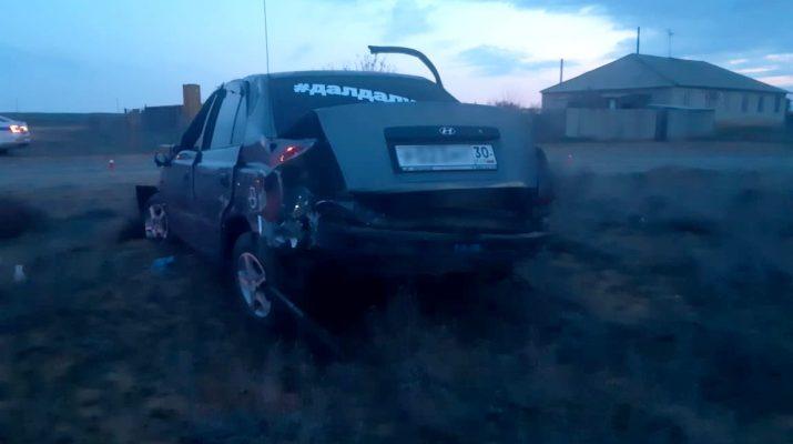 Под Астраханью перевернулась иномарка, четверо пострадали