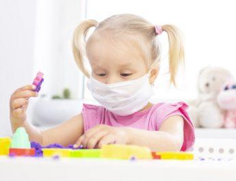 Эксперты советуют не надевать на детей защитные маски