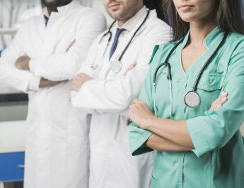 Медикам работающим с COVID-19 теперь положена страховка