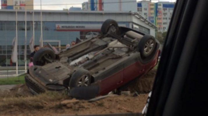 В Астрахани у Парка Планеты перевернулся автомобиль
