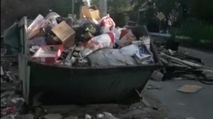 В Астрахани на одной из улиц образовалась свалка