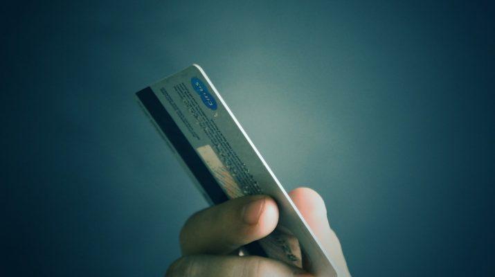 Астраханка украла деньги во время свидания, чтобы оплатить кредит