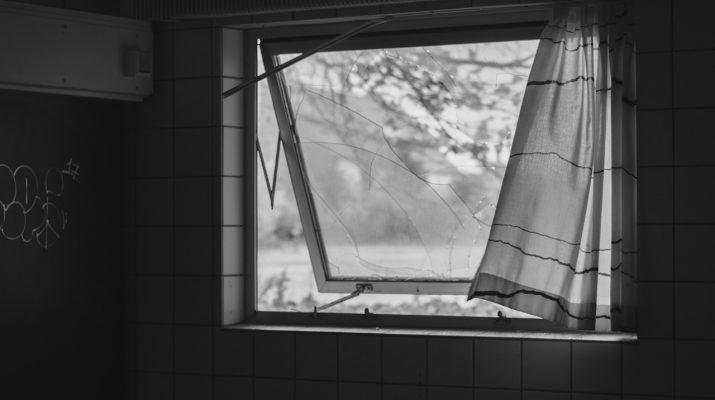 В Ахтубинске женщина выпала из окна