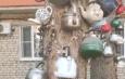 Астраханцы украсили спиленные деревья кухонными чайниками