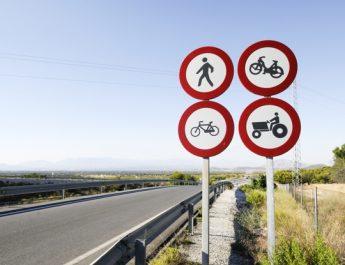 В Астрахани обновляют дорожные знаки