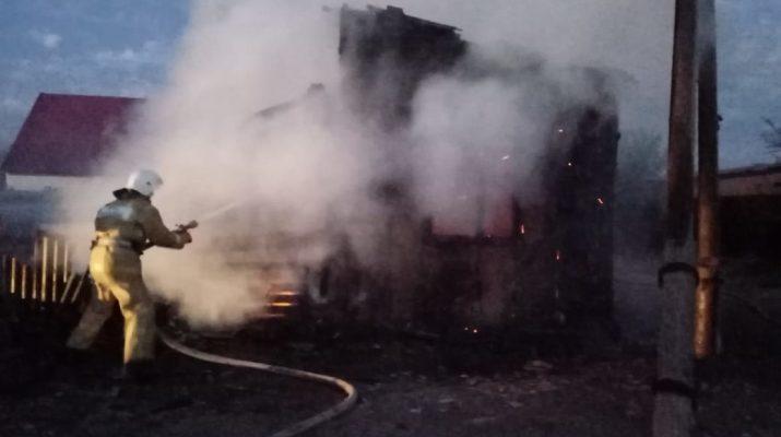 В Астраханской области сгорело три дома. Есть пострадавшие