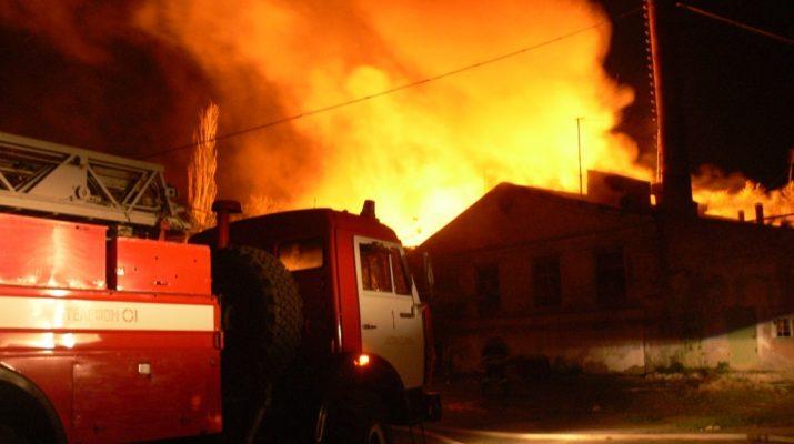 Этой ночью в Астрахани загорелось административное здание и пять жилых домов