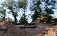 Астраханские дети играют на развалинах дома
