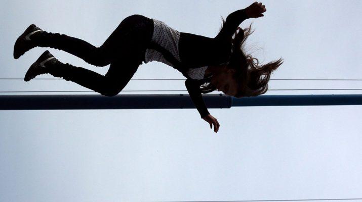 выкинул женщину с балкона