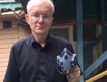 Олег Шеин передал астраханским медикам 25 кг масок и костюмов