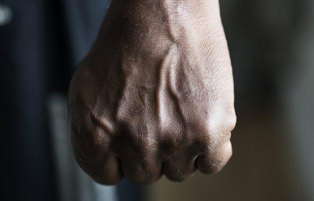 Астраханец избил охранника магазина из-за любви
