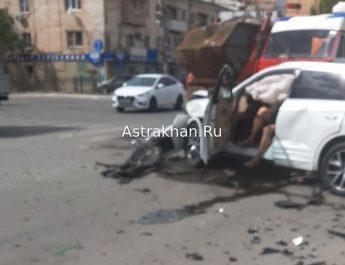 В Астрахани из-за лобового столкновения автомобиль вылетел с дороги (видео)
