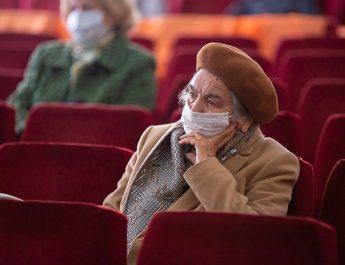 Солисты Астраханского театра оперы и балета выступают выступили для пенсионеров