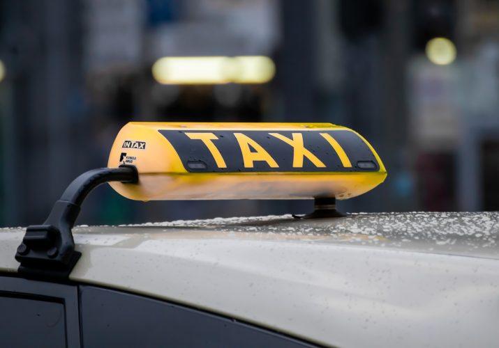 таксист-иностранец обманул астраханку
