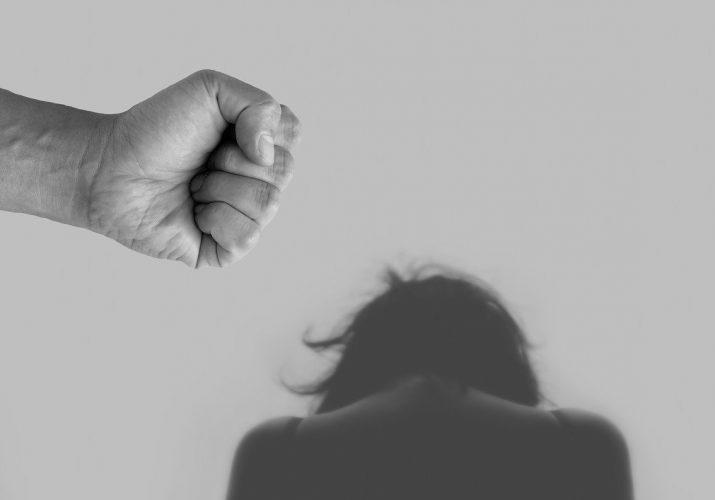 астраханец нанёс другу 8 ударов ножом и изнасиловал его женщину