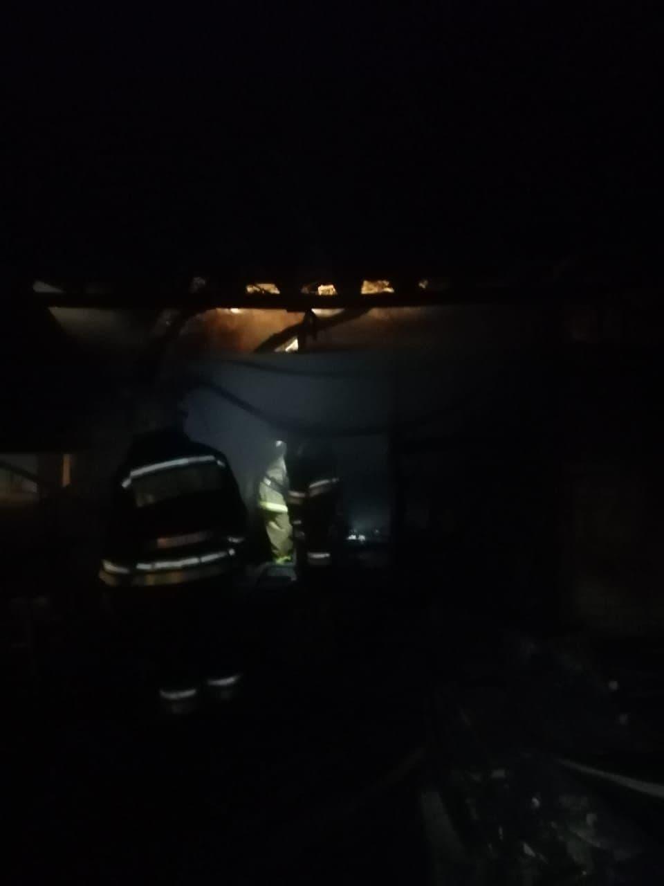 Ночью вастраханском селе вспыхнули гараж ихозпостройка