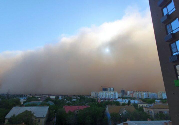 в Астрахань пришла пыльная буря