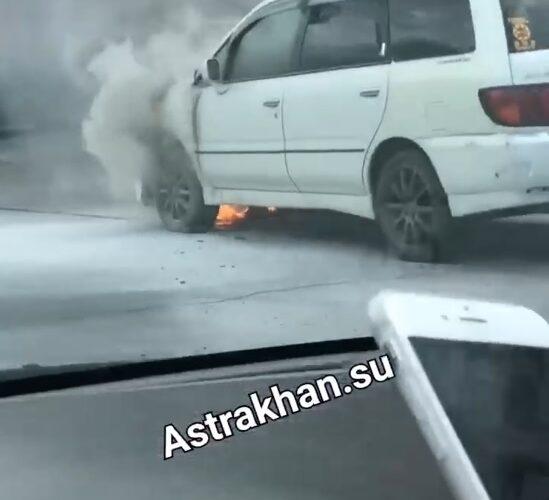 на дороге загорелась машина