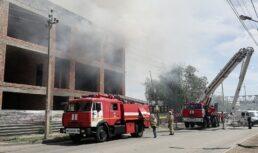 горит заброшенное здание