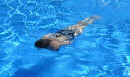 девушку присосало в бассейне насосом