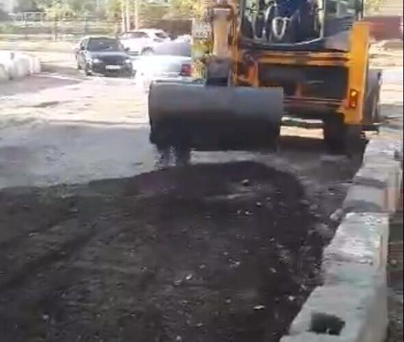 водители заделали яму на дороге