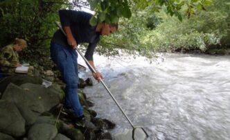 Астраханец из КаспНИРХа спас девочку, упавшую вгорную реку вДагестане