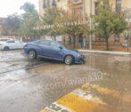 В центре Астрахани после дождя машина провалилась вяму васфальте