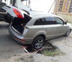 В Астрахани на улице Бакинской автомобиль попал в большую яму