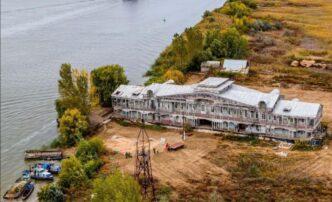 Бывший речной вокзал Астрахани превратился вбазу для рыболовецкой артели
